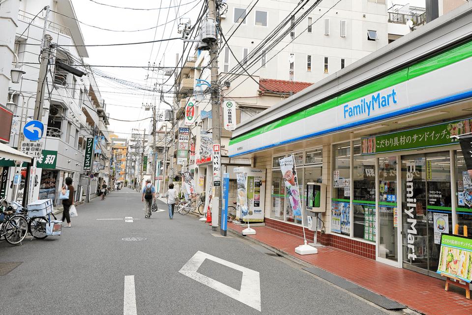 道案内③ 右側にファミリーマートがあります。