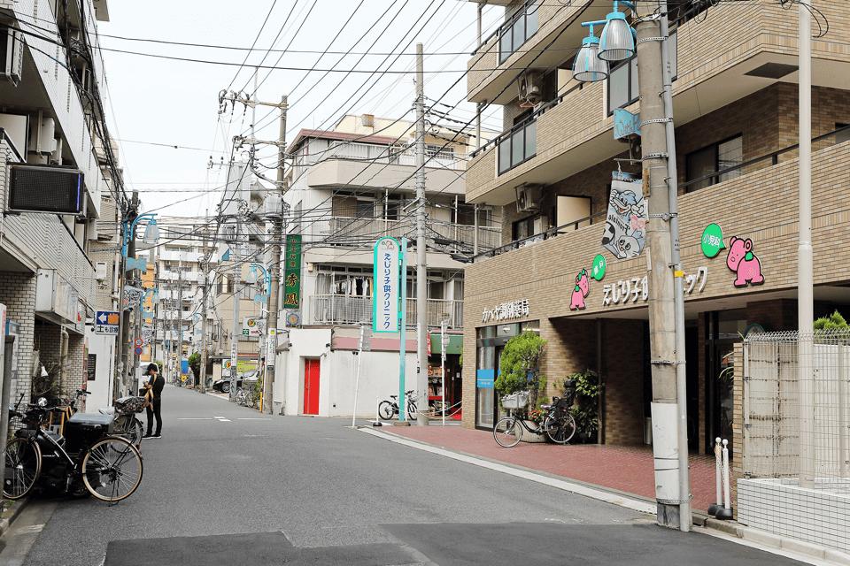 道案内④ 道なりに少し歩くと、右側にピンクのくまの看板が見えてきます。